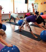 Joga na piłkach z Cybinką-czerwcowe zajęcia
