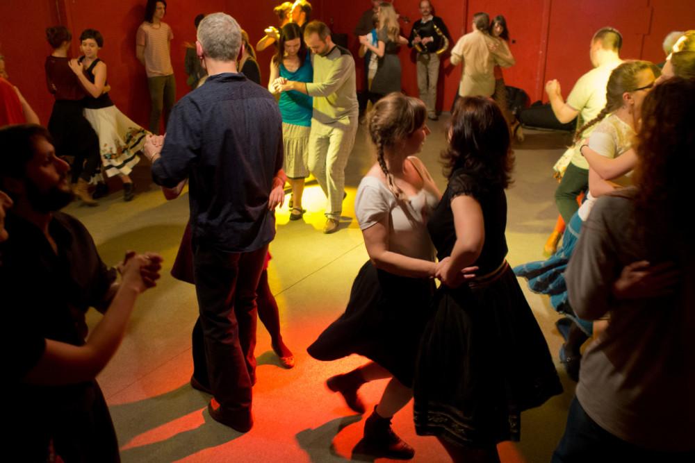Wędrujący Dom Tańca: Potańcówka z Kapelą Manugi